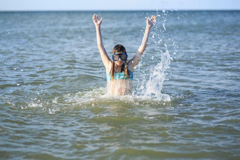 Κορίτσι δέκα τριών σε μια μάσκα για την κατάδυση στη θάλασσα στοκ εικόνες με δικαίωμα ελεύθερης χρήσης