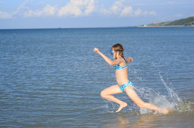 Κορίτσι δέκα τριών σε μια μάσκα για την κατάδυση στη θάλασσα στοκ φωτογραφίες με δικαίωμα ελεύθερης χρήσης