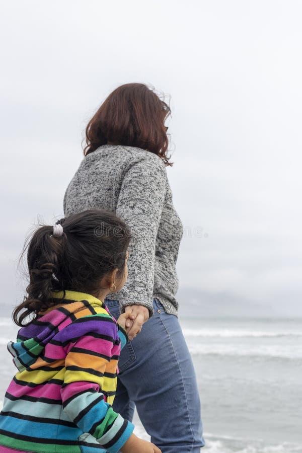 Κορίτσι δίπλα στη μητέρα της στην ακτή στοκ εικόνες με δικαίωμα ελεύθερης χρήσης
