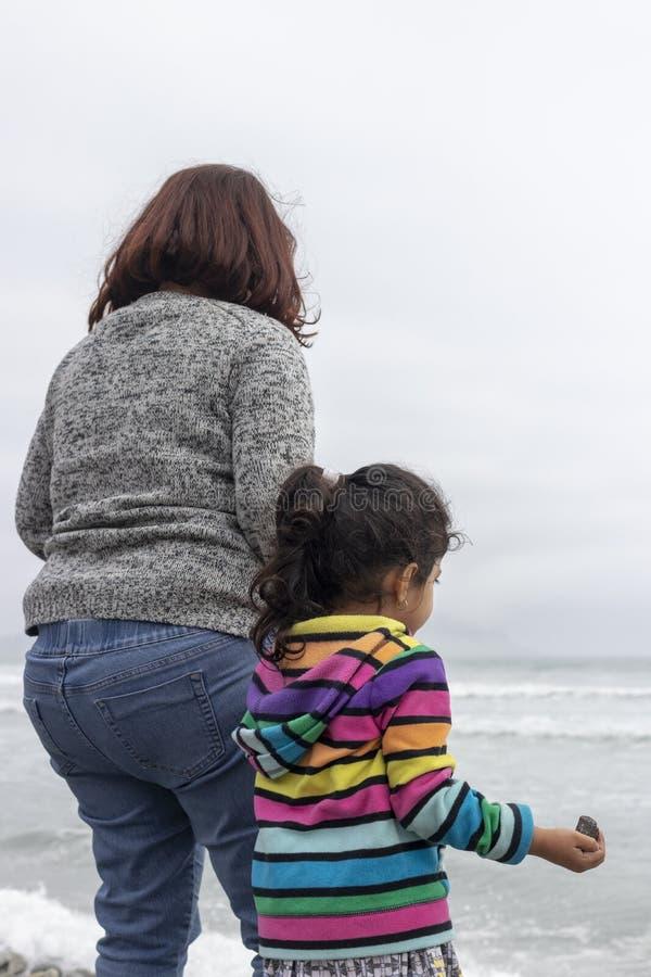 Κορίτσι δίπλα στη μητέρα της στην ακτή στοκ φωτογραφίες με δικαίωμα ελεύθερης χρήσης