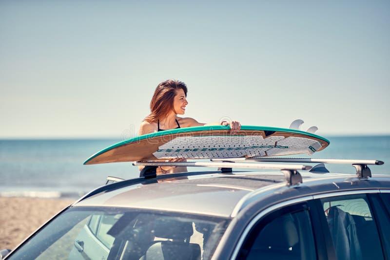 Κορίτσι διακοπών οδικού ταξιδιού καλοκαιρινών διακοπών surfer στην παραλία gett στοκ φωτογραφία