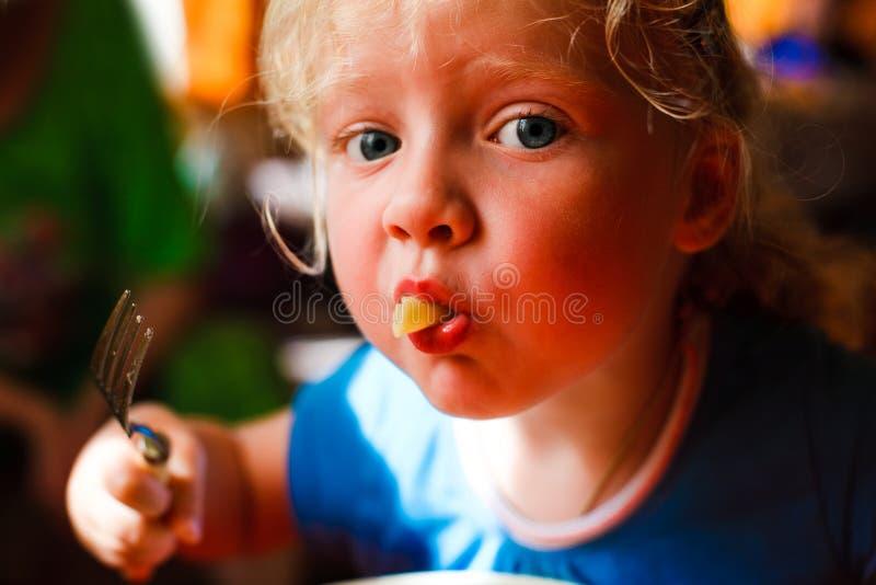 κορίτσι δικράνων macaroni της το &sig στοκ φωτογραφία με δικαίωμα ελεύθερης χρήσης