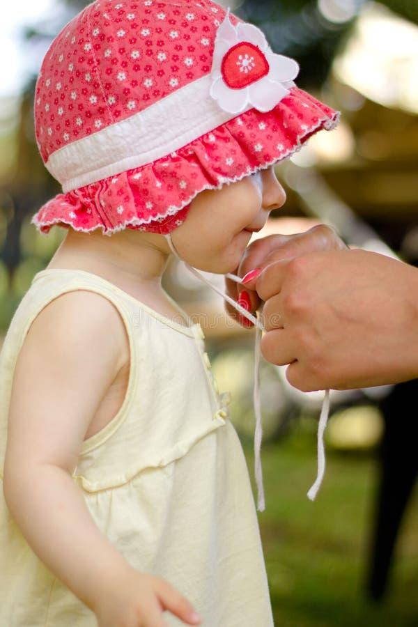 Κορίτσι ενός έτους βρεφών σε ένα κόκκινο καπέλο στοκ φωτογραφίες με δικαίωμα ελεύθερης χρήσης