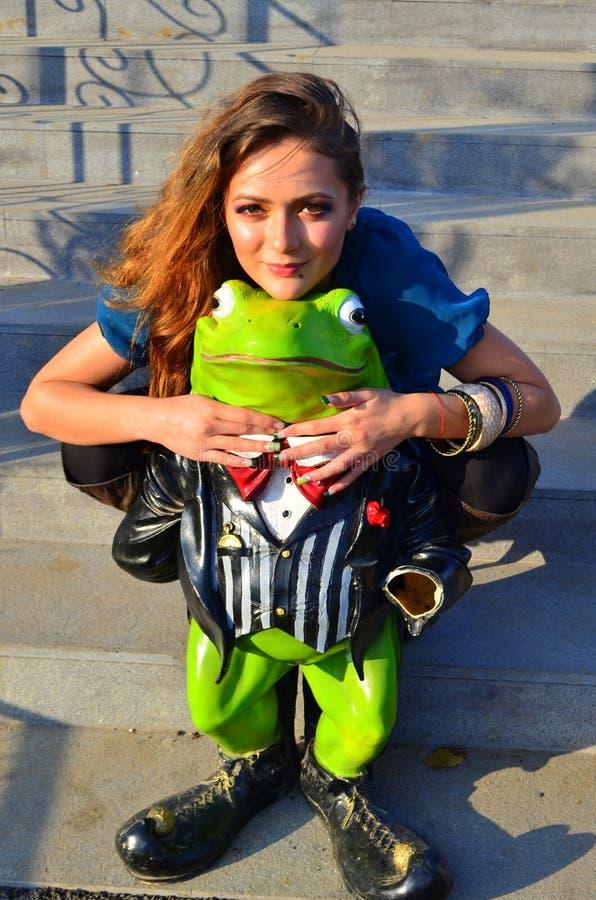 Κορίτσι ερωτευμένο με έναν βάτραχο στοκ εικόνα