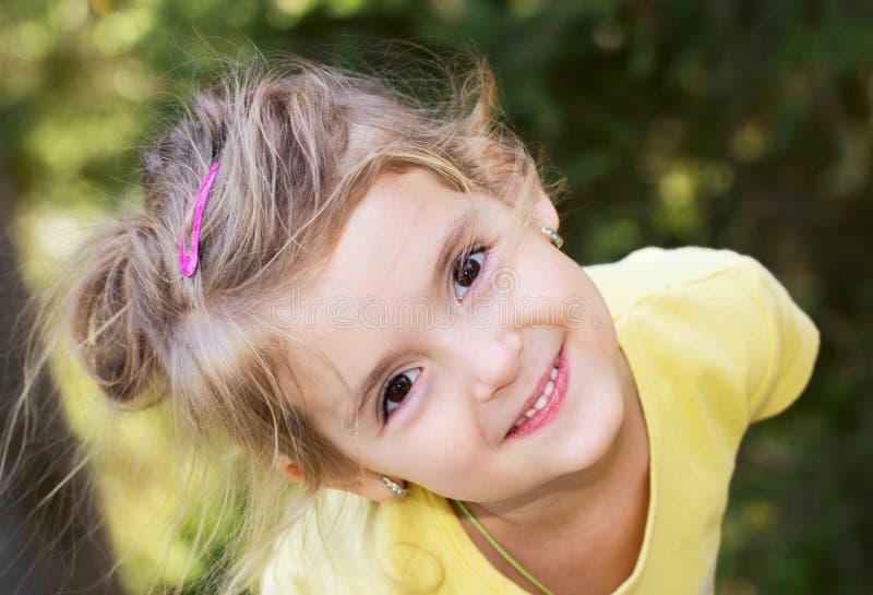 κορίτσι ευτυχές λίγα Υπαίθριο πρόσωπο χαμόγελου κινηματογραφήσεων σε πρώτο πλάνο παιδιών στοκ εικόνες
