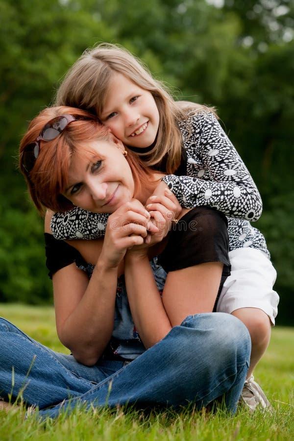 κορίτσι ευτυχές το mom της στοκ εικόνες με δικαίωμα ελεύθερης χρήσης