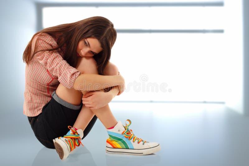 Κορίτσι εφήβων κατάθλιψης μόνο στο δωμάτιο στοκ φωτογραφίες