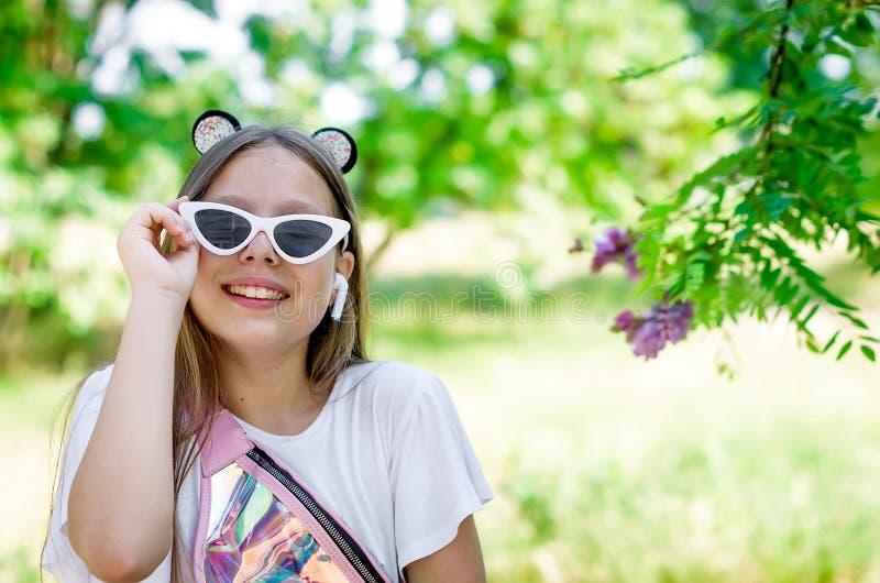 Κορίτσι εφήβων με τα γυαλιά μια θερινή ημέρα στοκ εικόνα