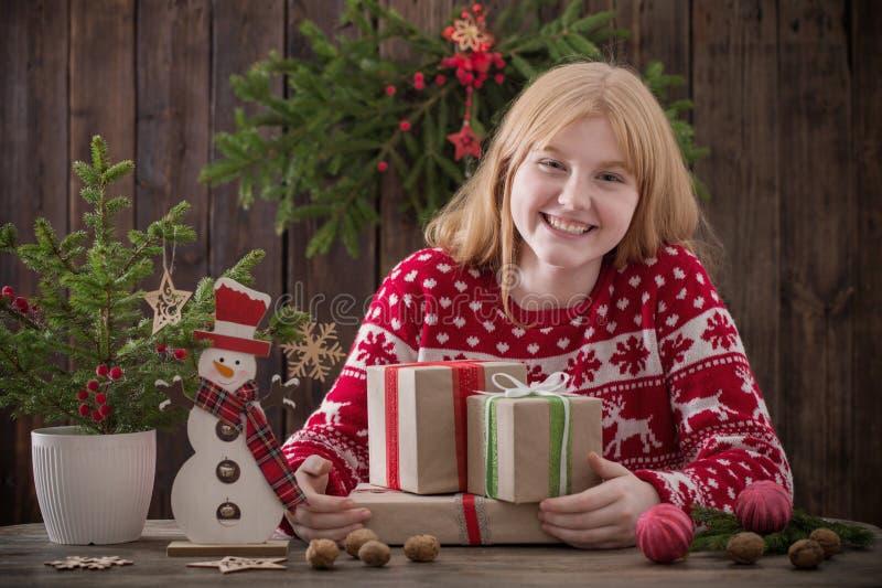 κορίτσι εφήβων με τα δώρα Χριστουγέννων στοκ φωτογραφία
