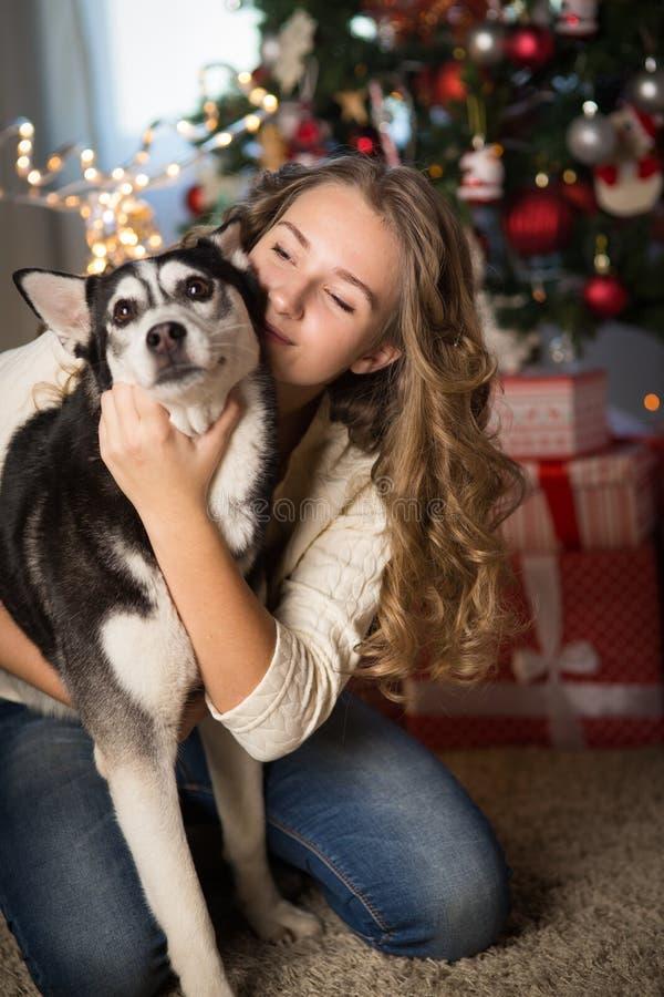 Κορίτσι εφήβων με το σκυλί, για τα Χριστούγεννα στοκ εικόνες