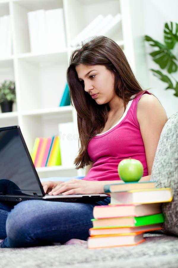 Κορίτσι εφήβων με το lap-top στοκ φωτογραφίες