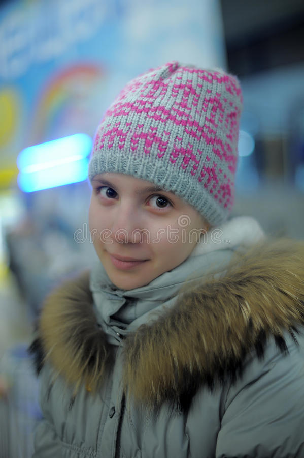 Κορίτσι εφήβων πορτρέτου σε γκρίζο με ένα ρόδινο καπέλο στοκ φωτογραφίες με δικαίωμα ελεύθερης χρήσης