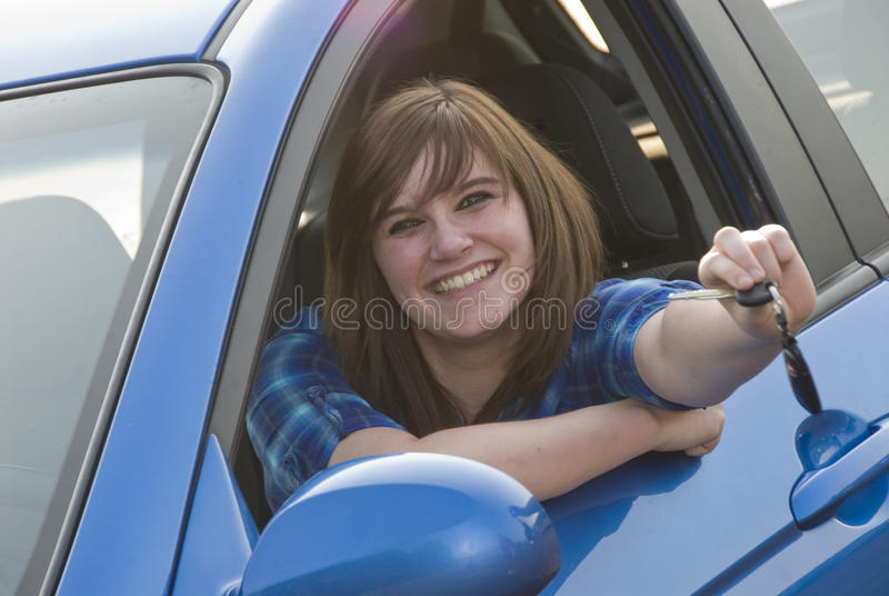 Κορίτσι εφήβων που παίρνει το πρώτο αυτοκίνητό της στοκ φωτογραφίες