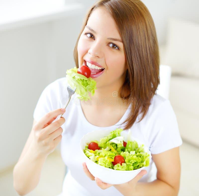 Κορίτσι εφήβων που τρώει τη σαλάτα στοκ φωτογραφίες με δικαίωμα ελεύθερης χρήσης
