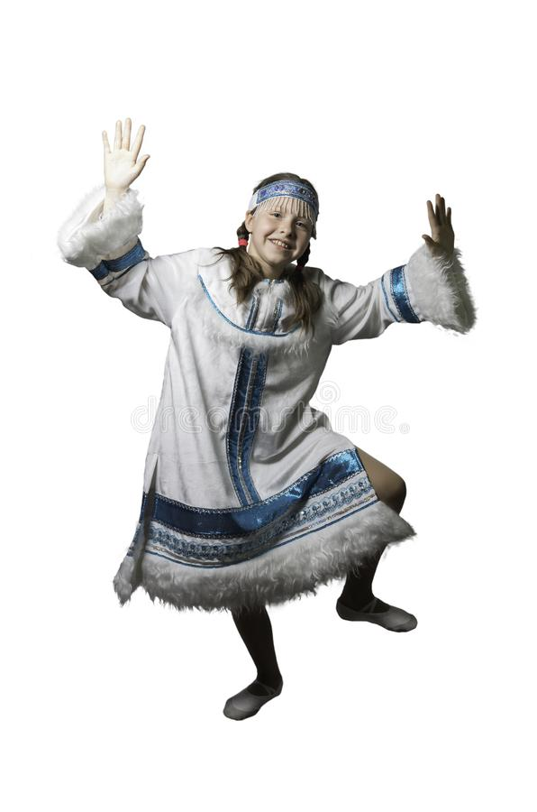 Κορίτσι εφήβων που χορεύει στο εθνικό κοστούμι των λαών του Βορρά   Φωτογραφία στούντιο στοκ εικόνες με δικαίωμα ελεύθερης χρήσης