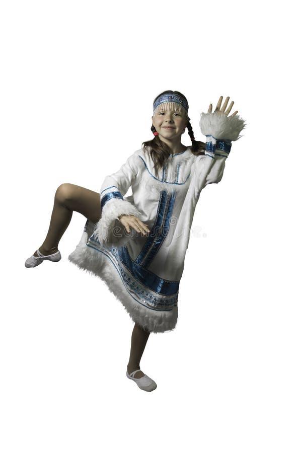 Κορίτσι εφήβων που χορεύει στο εθνικό κοστούμι των λαών του Βορρά   Φωτογραφία στούντιο στοκ φωτογραφία με δικαίωμα ελεύθερης χρήσης