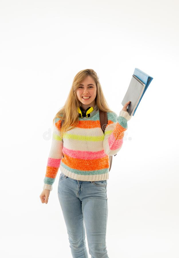 Κορίτσι εφήβων σπουδαστών με το σακίδιο πλάτης ευχαριστημένο από τον τρόπο ζωής πανεπιστημιουπόλεων ή εκμάθηση των νέων γλωσσών ή στοκ εικόνες