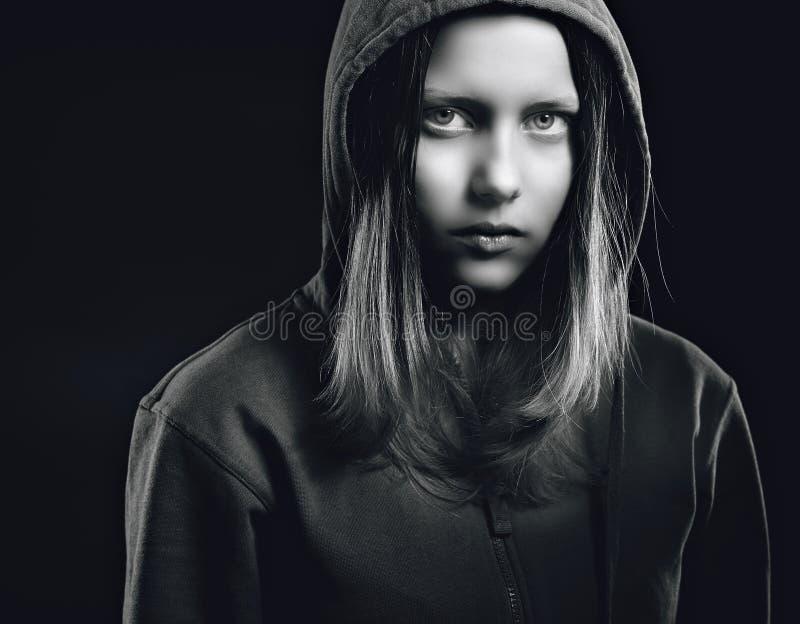 Κορίτσι εφήβων Afraided στην κουκούλα στοκ εικόνες
