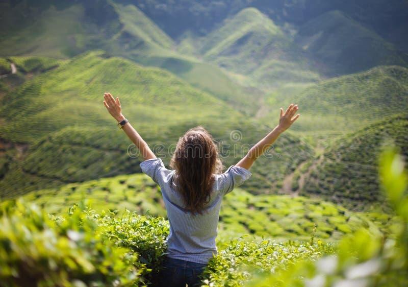 Κορίτσι ελευθερίας με τα χέρια επάνω στοκ φωτογραφία με δικαίωμα ελεύθερης χρήσης