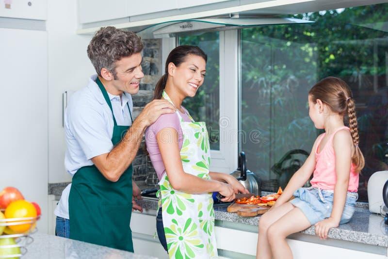 Κορίτσι ζεύγους, μητέρα πατέρων και μαγείρεμα κορών στοκ εικόνα με δικαίωμα ελεύθερης χρήσης