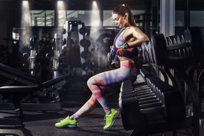 Κορίτσι ικανότητας με τη χαλάρωση πετσετών και δονητών στη γυμναστική στοκ εικόνα με δικαίωμα ελεύθερης χρήσης