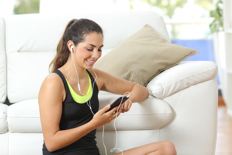 Κορίτσι ικανότητας που ακούει τη μουσική με τα ακουστικά στοκ εικόνες