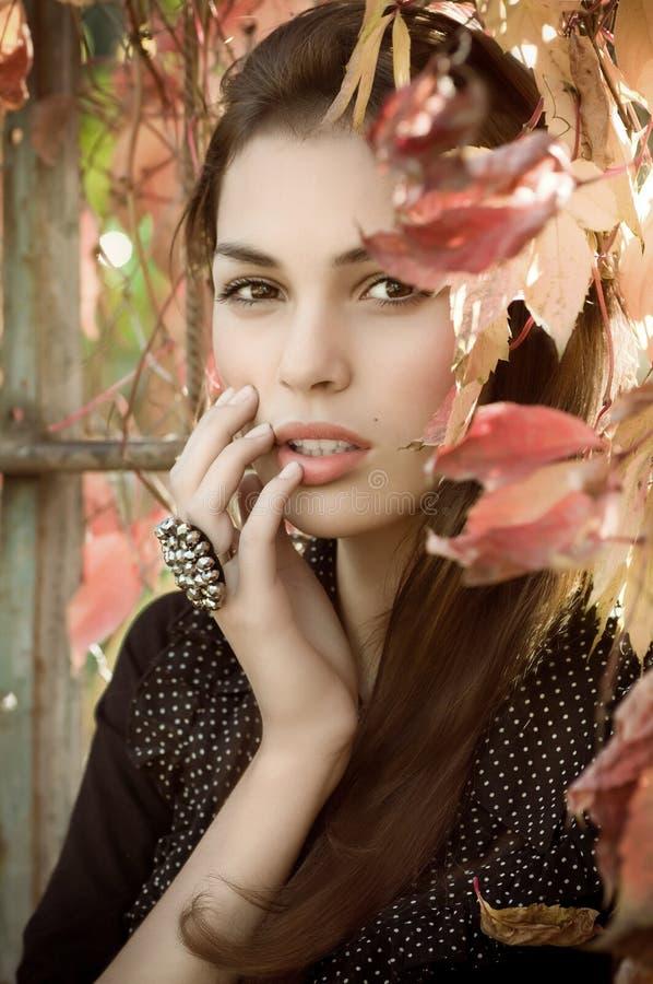 κορίτσι κήπων φθινοπώρου στοκ εικόνες