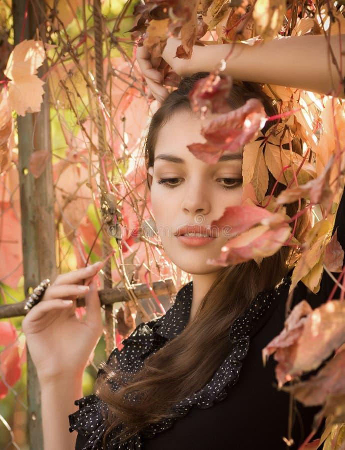 κορίτσι κήπων φθινοπώρου στοκ εικόνα