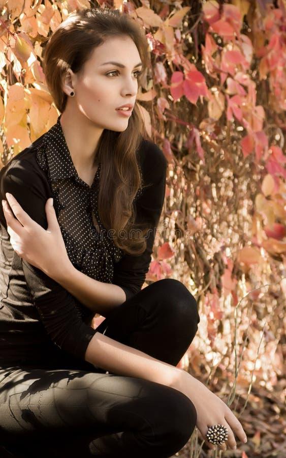 κορίτσι κήπων φθινοπώρου στοκ εικόνα με δικαίωμα ελεύθερης χρήσης