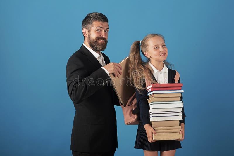 Κορίτσι και άτομο στο κοστούμι και τη σχολική στολή στοκ φωτογραφίες με δικαίωμα ελεύθερης χρήσης