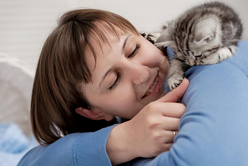 Κορίτσι και ένα γατάκι στοκ φωτογραφίες με δικαίωμα ελεύθερης χρήσης
