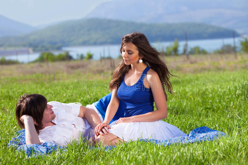 Κορίτσι και αγόρι κοντά στη λίμνη στοκ εικόνα