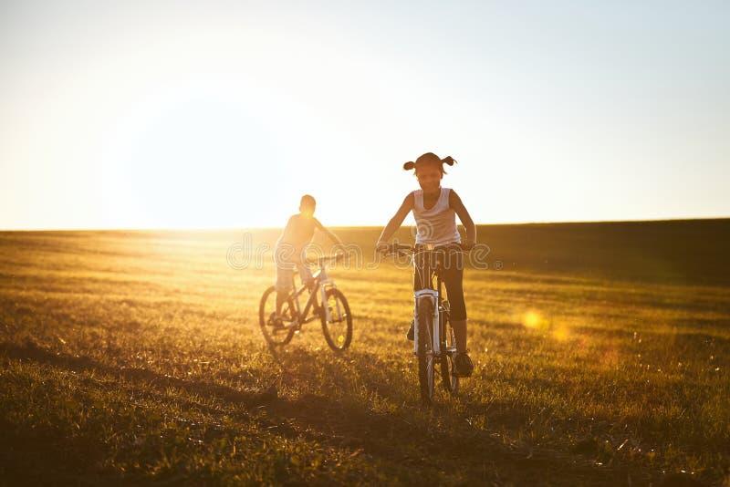 Κορίτσι και αγόρι που απολαμβάνουν το γύρο ποδηλάτων στοκ φωτογραφία με δικαίωμα ελεύθερης χρήσης