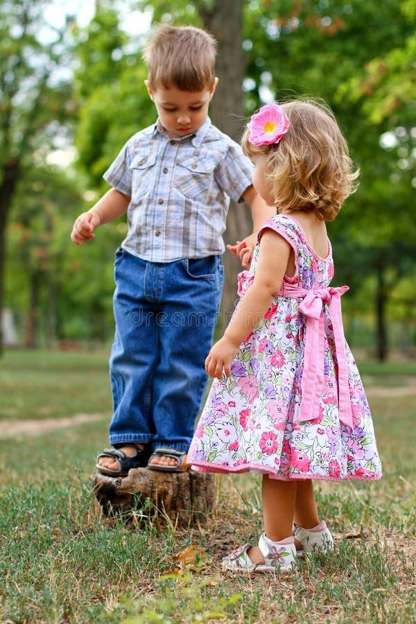 Κορίτσι και αγόρι υπαίθρια στοκ φωτογραφία