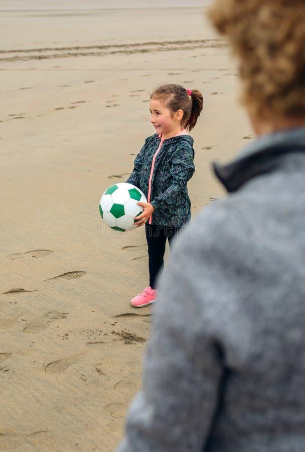 Κορίτσι και ανώτερο παιχνίδι γυναικών στην παραλία στοκ φωτογραφίες με δικαίωμα ελεύθερης χρήσης
