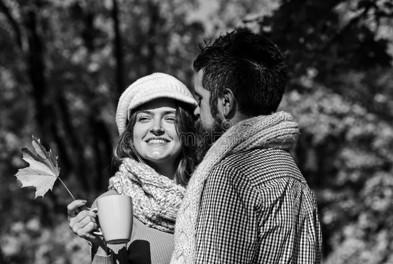 Κορίτσι και γενειοφόροι ευτυχών εραστές τύπων ή στο αγκάλιασμα ημερομηνίας στοκ φωτογραφίες