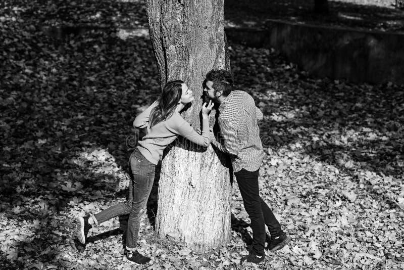 Κορίτσι και γενειοφόροι ευτυχών εραστές τύπων ή στο φιλί ημερομηνίας στοκ εικόνα με δικαίωμα ελεύθερης χρήσης