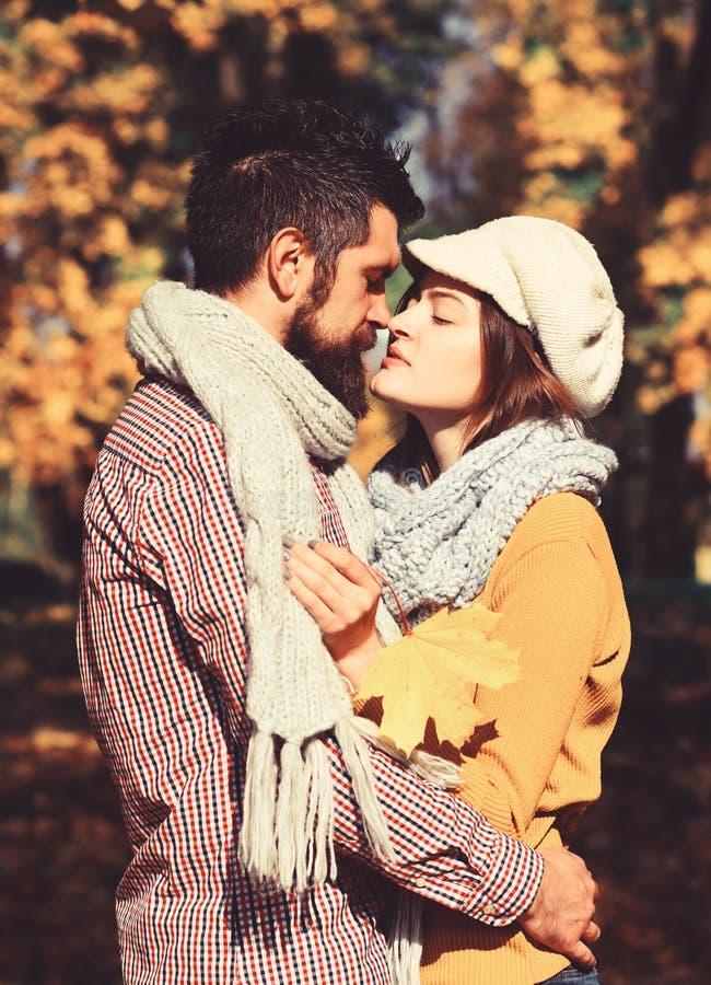 Κορίτσι και γενειοφόροι ευτυχών εραστές τύπων ή στο φιλί ημερομηνίας στοκ φωτογραφίες