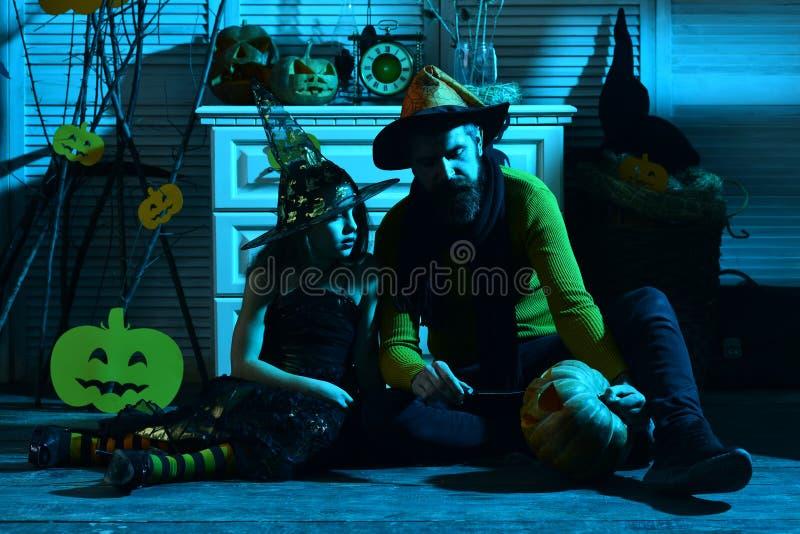 Κορίτσι και γενειοφόρο άτομο με τα συγκεντρωμένα πρόσωπα στο μπλε δωμάτιο στοκ φωτογραφία με δικαίωμα ελεύθερης χρήσης