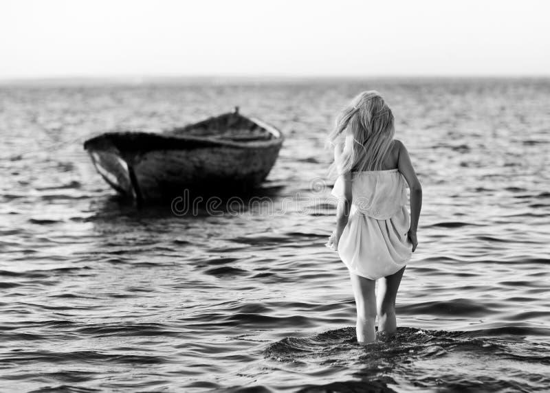 Κορίτσι και μια βάρκα στοκ εικόνες