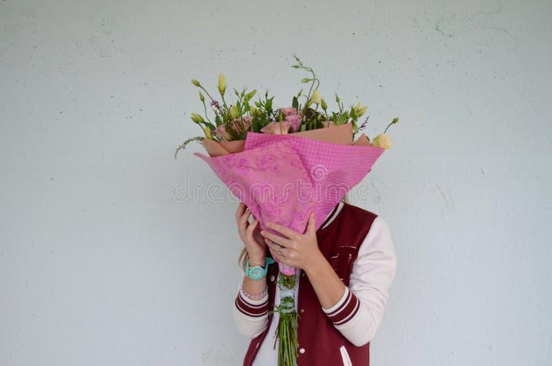 Κορίτσι και λουλούδια στοκ φωτογραφία