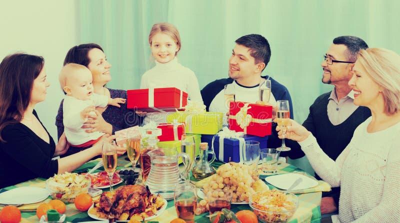 Κορίτσι και ο οικογενειακός εορτασμός της στοκ εικόνα με δικαίωμα ελεύθερης χρήσης