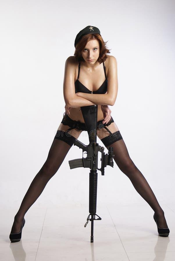Κορίτσι και πυροβόλο όπλο στοκ εικόνες