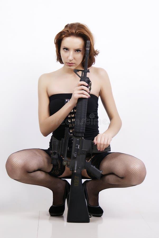 Κορίτσι και πυροβόλο όπλο στοκ εικόνες με δικαίωμα ελεύθερης χρήσης