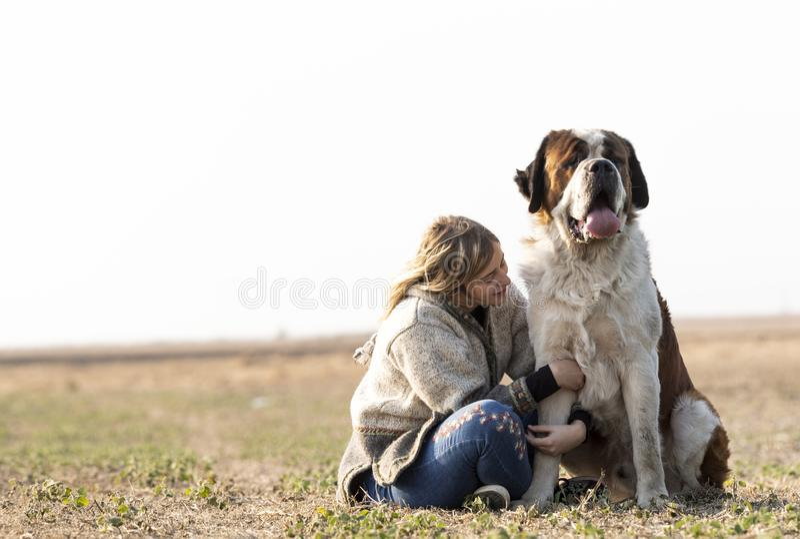 Κορίτσι και το μεγάλο σκυλί της στοκ εικόνες