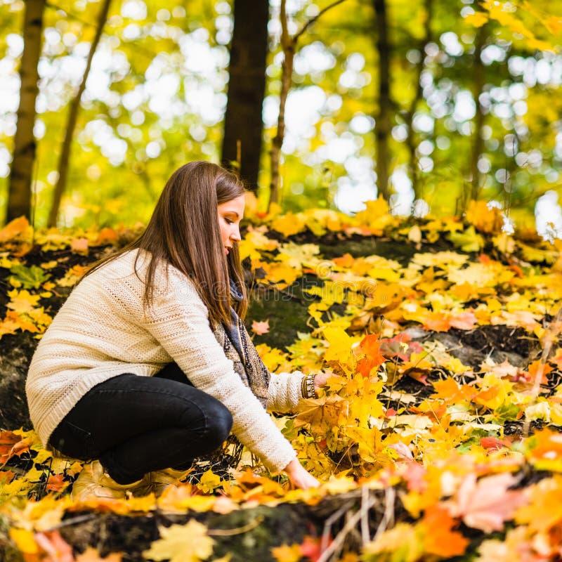 Κορίτσι και φθινόπωρο στοκ φωτογραφίες με δικαίωμα ελεύθερης χρήσης