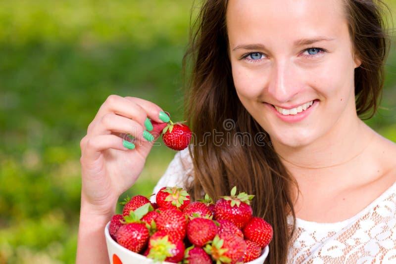 Κορίτσι και φράουλες στοκ εικόνα