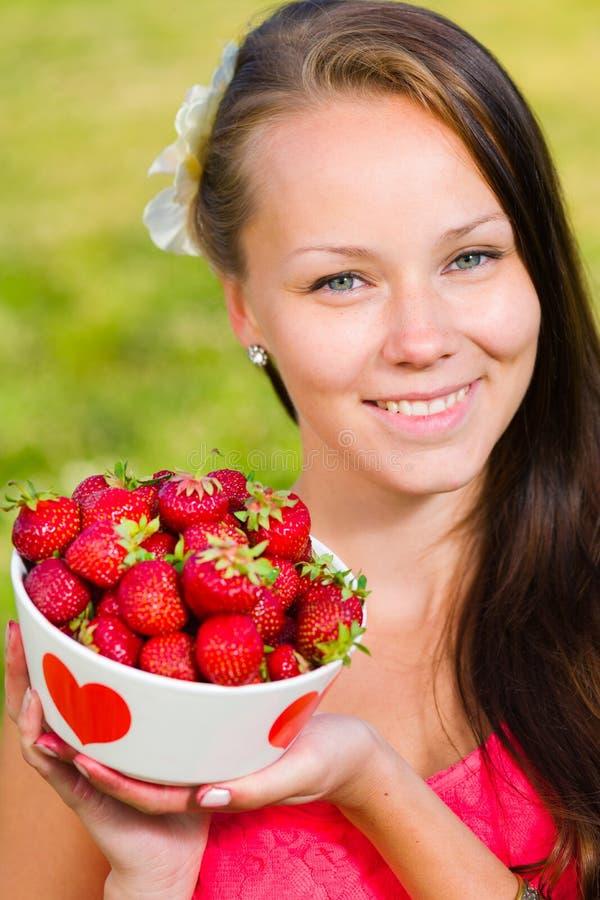 Κορίτσι και φράουλες στοκ εικόνα με δικαίωμα ελεύθερης χρήσης