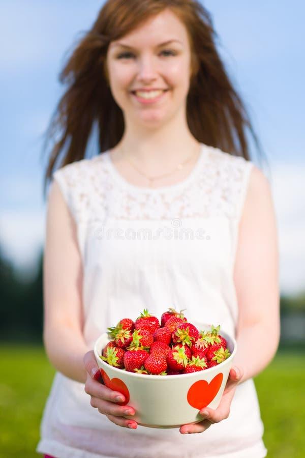 Κορίτσι και φράουλες στοκ φωτογραφίες με δικαίωμα ελεύθερης χρήσης