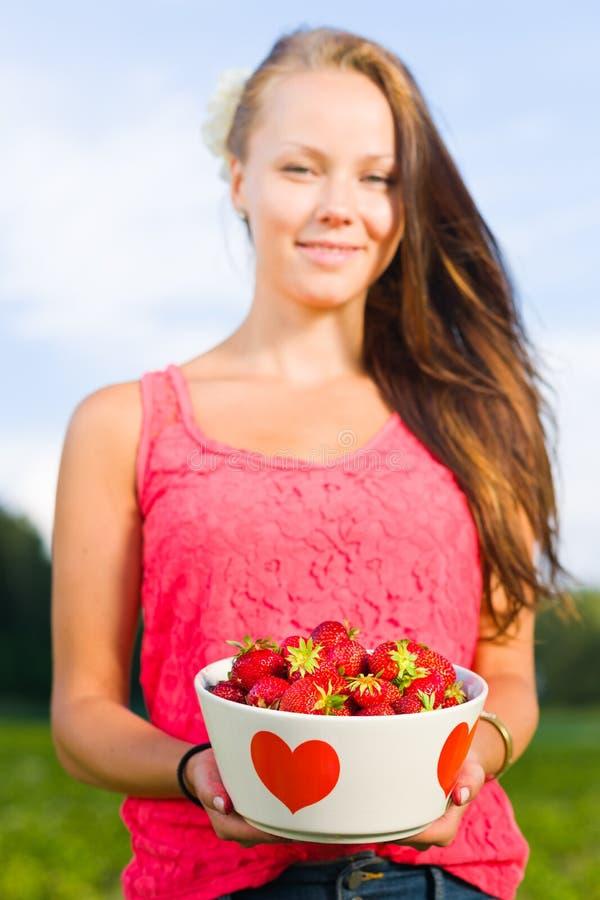 Κορίτσι και φράουλες στοκ φωτογραφία